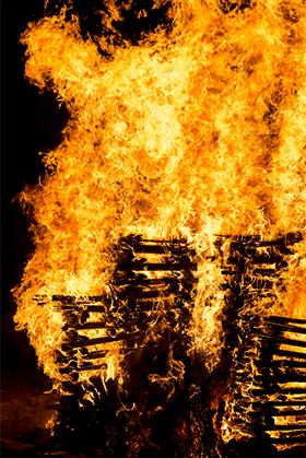大文字送り火の点火の様子